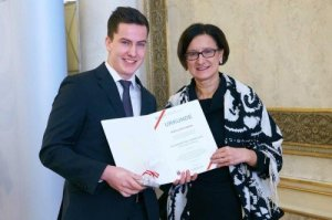 Lukas Amann mit Innenministerin Johanna Mikl-Leitner / Foto: BMI