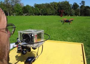 Abbildung: Der 4D-Joystick wird zur Steuerung eines RC Logger EYE One Extreme Quadrocopters verwendet Credit: Kompetenznetzwerk Informationstechnologie zur Förderung der Integration von Menschen mit Behinderungen (KI-I)